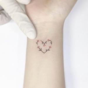 elegante mini tatuaje corazon