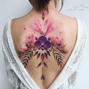 tatuaje de orquídea en la espalda