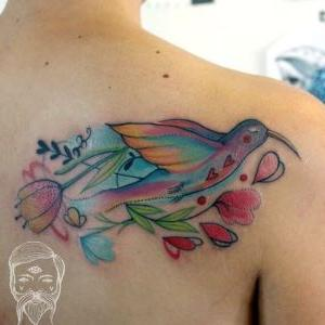 tatu en la espalda de pajaro
