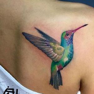 tatuaje de pajaro en la espalda