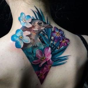 tatuaje de pajaro y flores