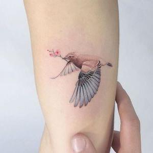 tatuaje delicado de pajaro
