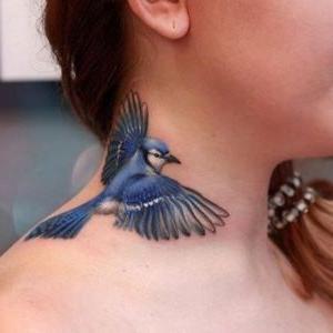 tatuajes de pajaros en el cuello