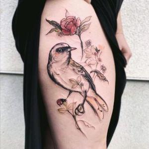 tatuajes en el muslo de pajaros