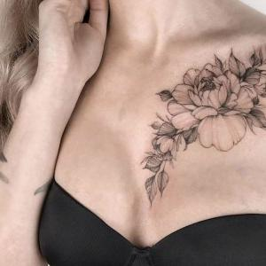 bonito tatuaje en el pecho para mujer
