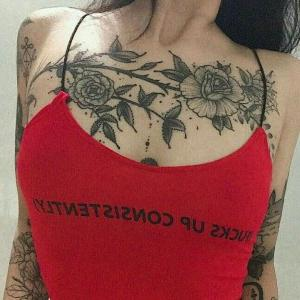 tattoo en negro en el pecho