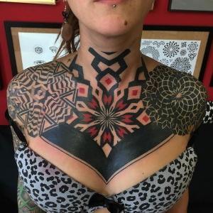 tatu geometrico en el pecho