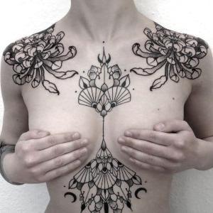 tatuaje en negro en el pecho