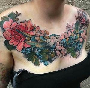 tatuaje para mujer en el pecho