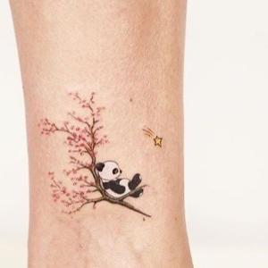 diseño tattoo en el tobillo