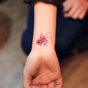 tatuaje pequeño en la muñeca de pez
