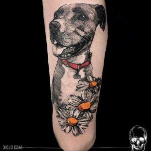 tatuaje de perro y flores