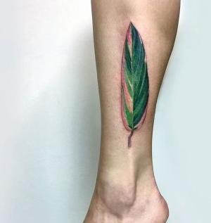 tatuaje de hoja en la pierna