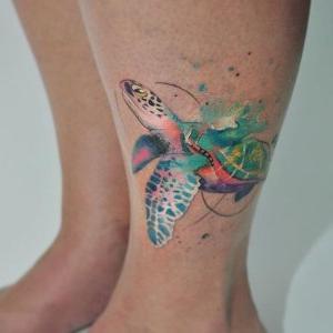 tatuaje de tortuga en la pierna