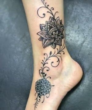 diseño de tatuajes para mujeres en el pie