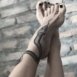 serpiente tatuada en el pie