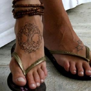 tatuaje de arbol de la vida en el pie