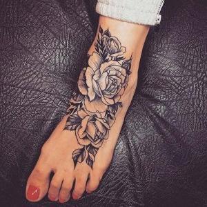 tatuaje para mujer de flores en el empeine