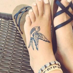 tatuaje para mujeres de golondrina en el pie