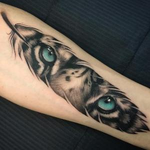 tatuaje de pluma ojos de tigre