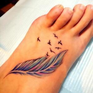 tatuaje en el pie de pluma