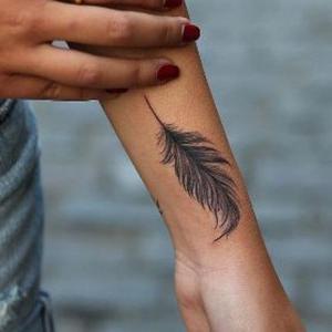 tatuaje para mujer de pluma