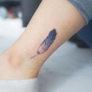 tatuaje pequeño de pluma