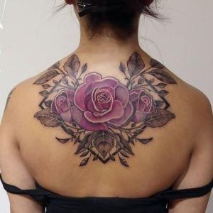 bonito tatuaje en la espalda de rosa