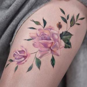 tatuaje de delicadas rosas en la pierna