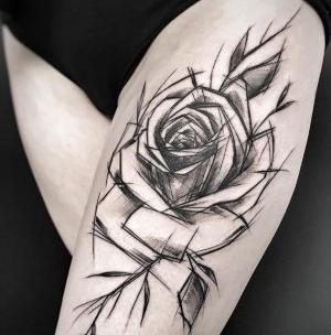 tatuaje de rosa  en el muslo