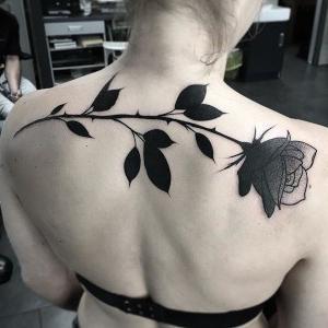 tatuaje de rosa negra de Julia Szewczykow