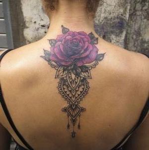 tatuaje hermoso de rosa