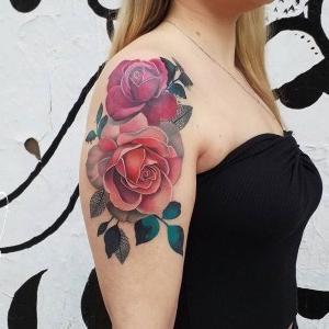 tatuajes en el hombro para mujer de rosas