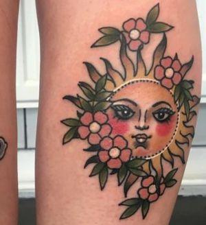 Tatuaje de sol y flores
