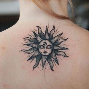 tatu de sol en la espalda